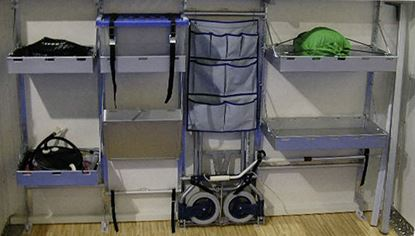 Regalni sistem za garaže v zadnjem delu vozila - polica z robom